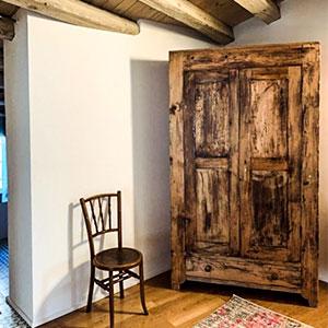 armario-rustico-y-silla-catalana